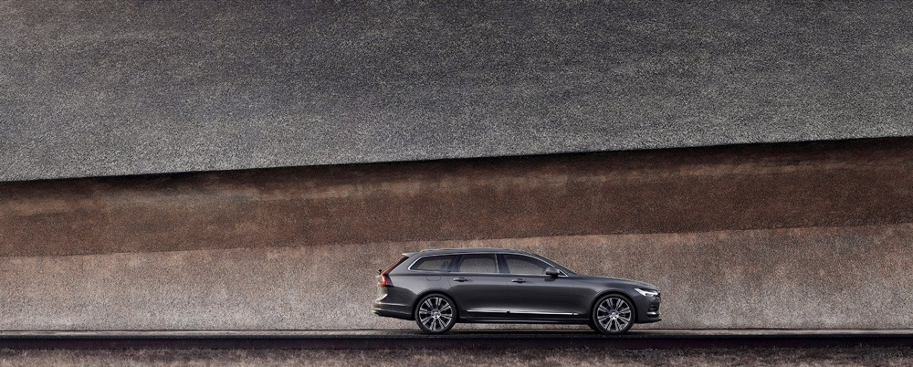 262608 The Refreshed Volvo V90 Recharge T8 Plug In Hybrid In Platinum Grey