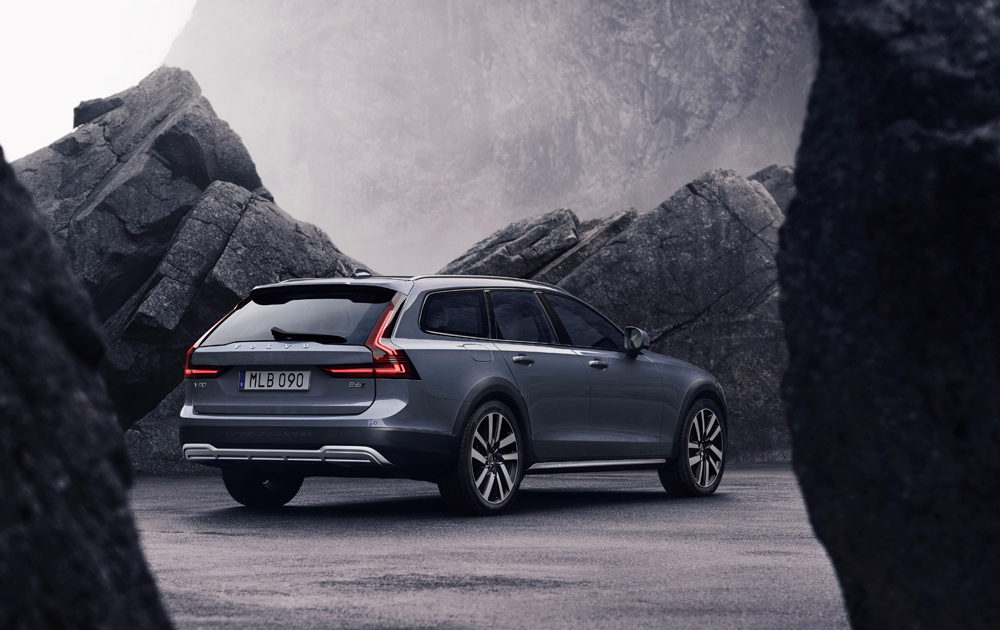 262610 The Refreshed Volvo V90 B6 Awd Cross Country In Thunder Grey