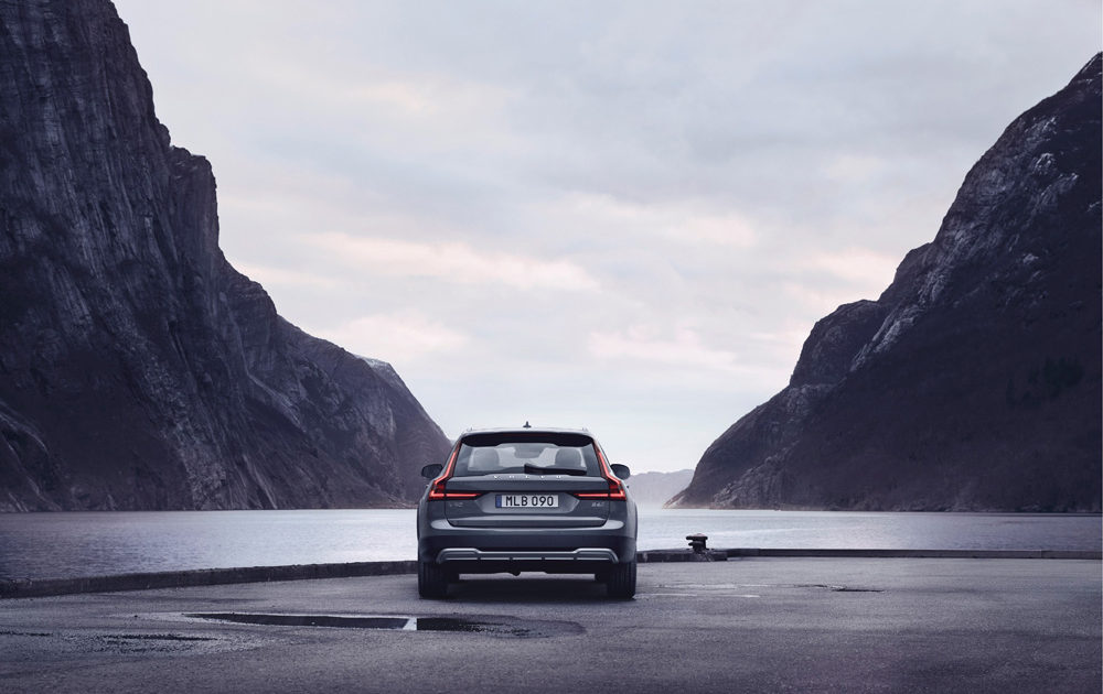 262612 The Refreshed Volvo V90 B6 Awd Cross Country In Thunder Grey