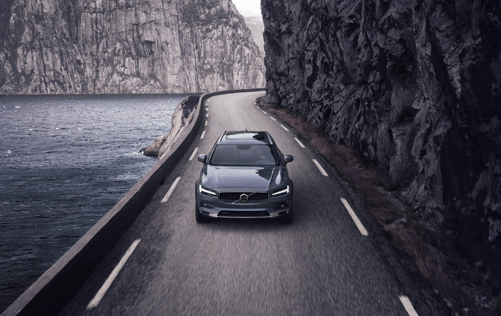 262613 The Refreshed Volvo V90 B6 Awd Cross Country In Thunder Grey