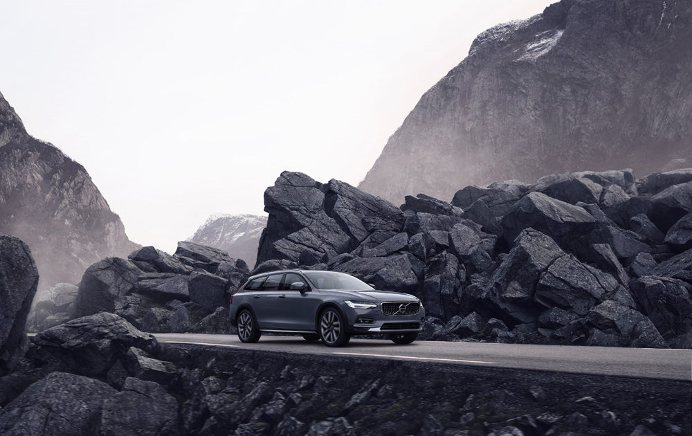 262615 The Refreshed Volvo V90 B6 Awd Cross Country In Thunder Grey